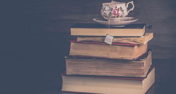 Gêneros literários são as categorizações dos textos literários a partir de alguns critérios, como semântica, contexto e estrutura.